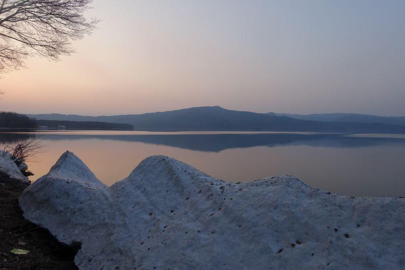 名残の雪が湖岸に少し